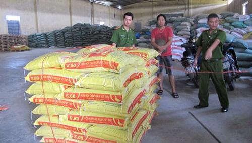 Cơ quan chức năng đang kiểm tra một cơ sở kinh doanh thức ăn chăn nuôi